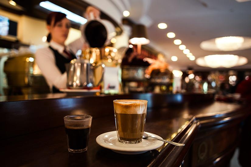 Kaffeehaus besuchen in Triest