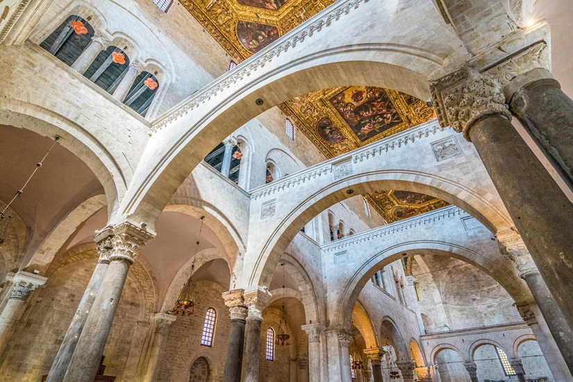 Im-Inneren-Basilika-San-Nicola