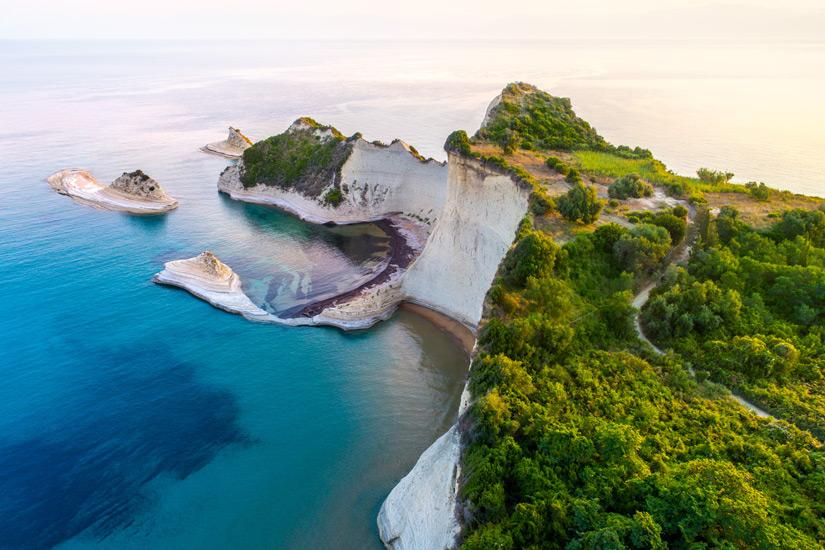 Blick auf die Sandsteinklippen am Kap Drastis