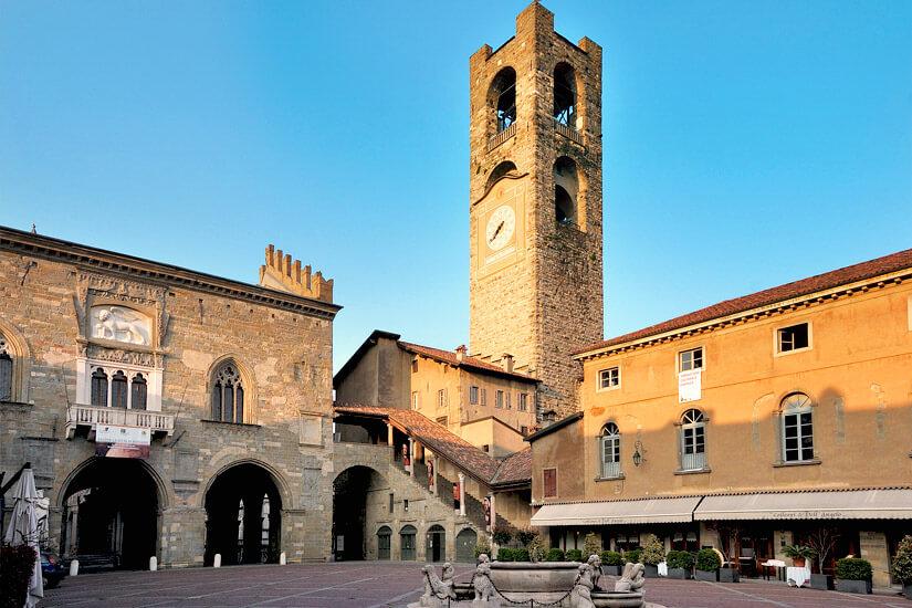 Der Torre Civica an der Piazza Vecchia