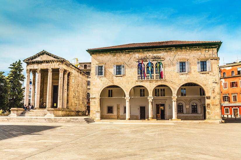Rechts vom Augustustempel steht das Rathaus