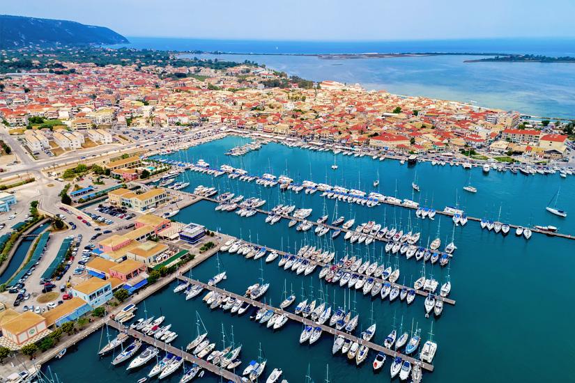 Der Hafen und die Stadt Lefkada von oben