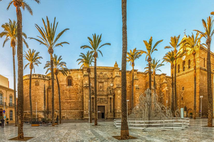 Die Kathedrale in Almeria im Zwielicht