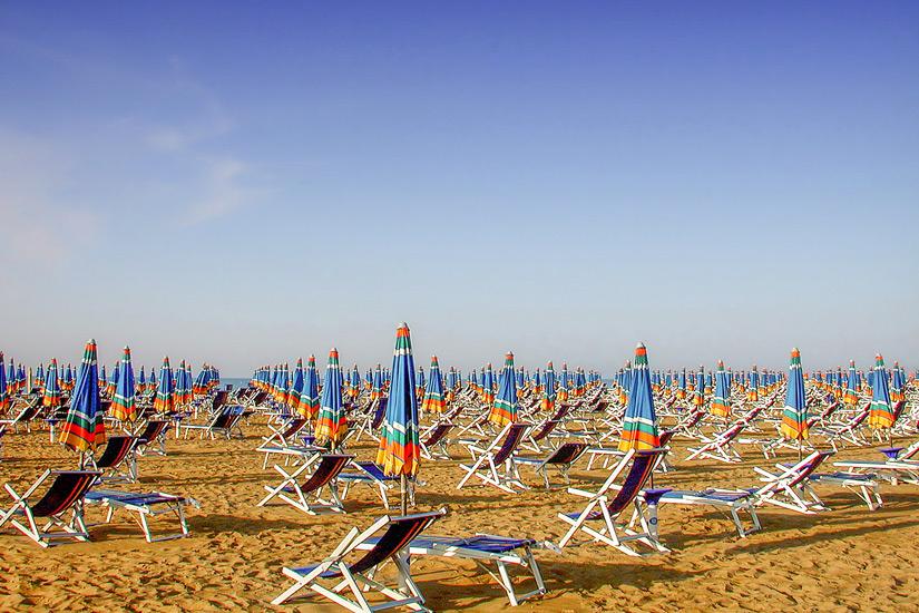 Sonnenschirme-Liegen-Strand-Bibione
