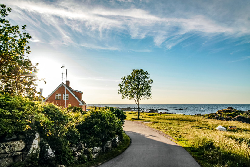 Die Kueste Bornholms entlangfahren