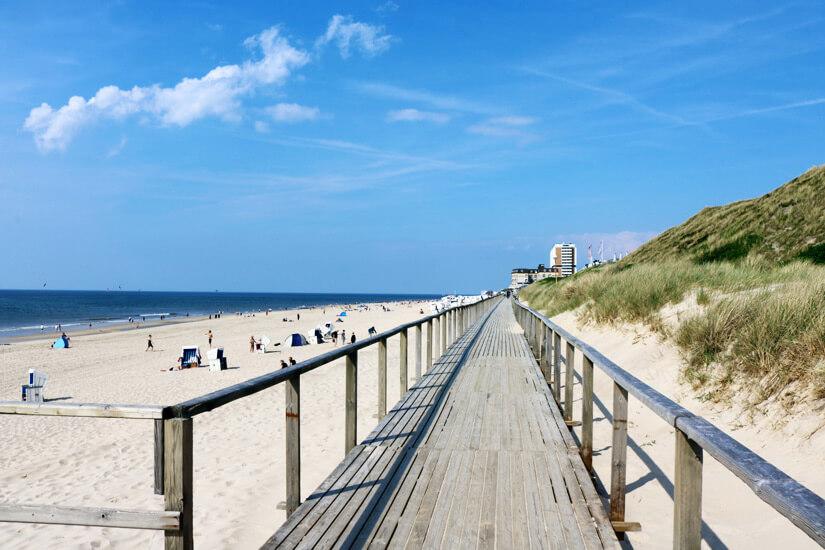 Holzsteg entlang des Strands von Westerland