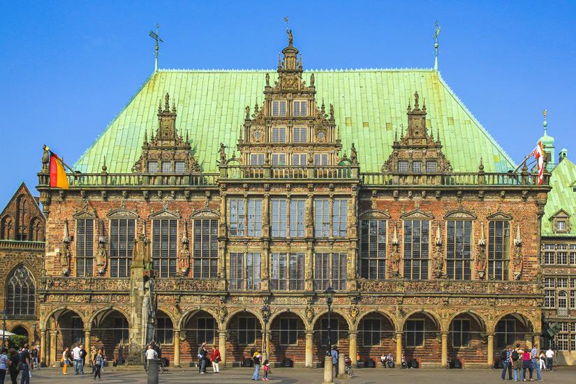 Das Rathaus mit Roland Statue
