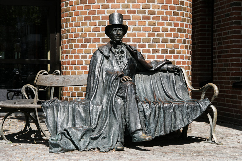 Figur von Andersen auf einer Bank
