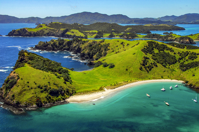 Segelboote an einem Strand der Bay of Islands