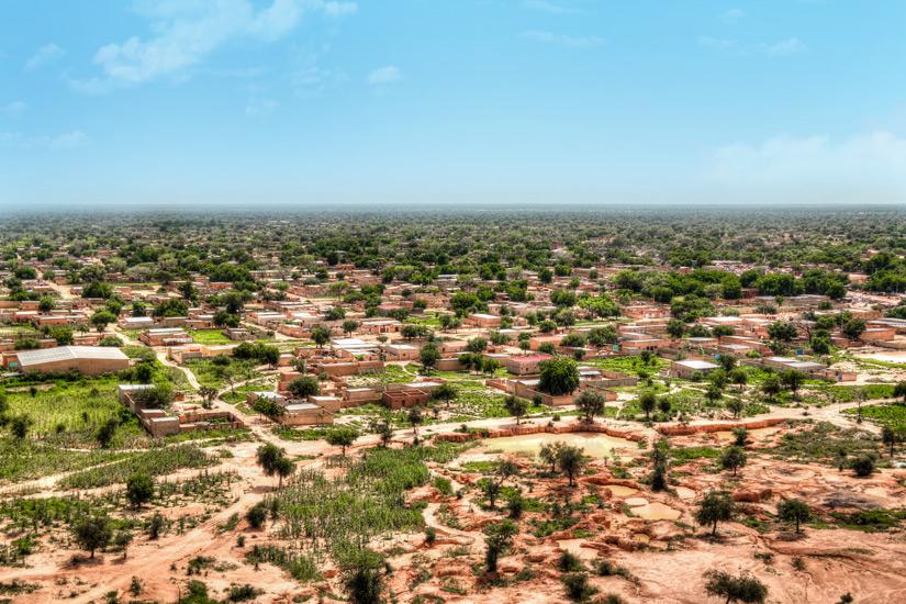Olivenbaeume und Haeuser in Sahel