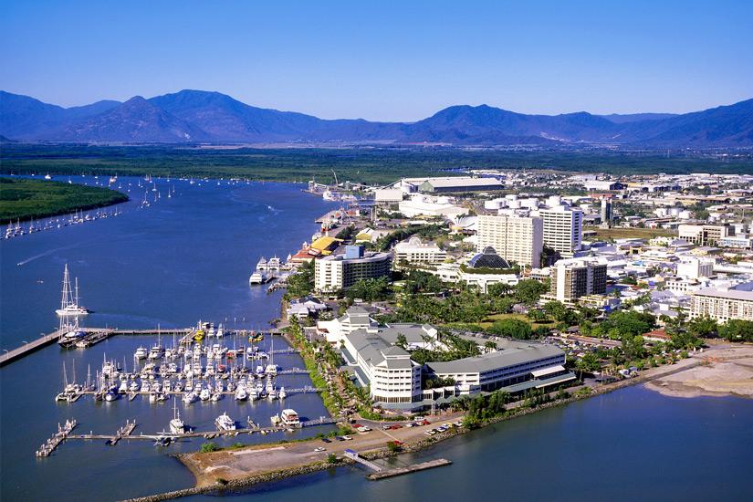 Blick-auf-Cairns-und-Hafen