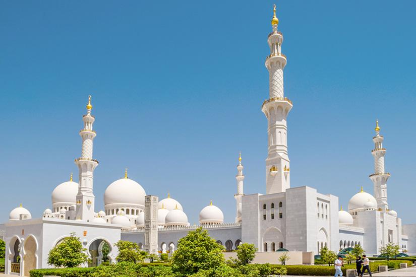Erstrahlt-in-Weiss-die-Scheich-Zayid-Moschee