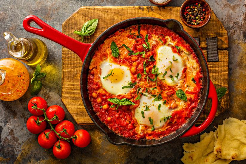 Shakshuka-Gericht-mit-Eiern-Tomaten-und-Zwiebeln