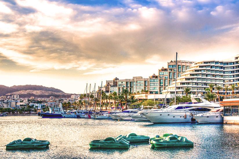 Tretboote-und-Yachten-im-Hafen-von-Eilat