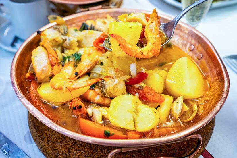 Cataplana-mit-Garnelen-Kartoffeln-und-Paprika