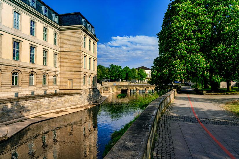 Der-Rote-Faden-neben-dem-Landtag
