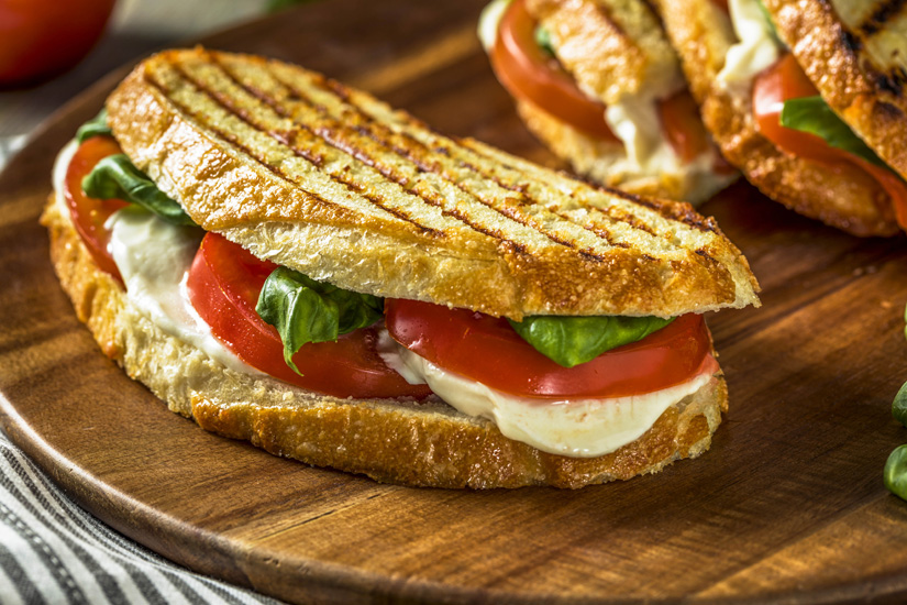 Mit-Tomaten-und-Mozzarella-belegte-Panini