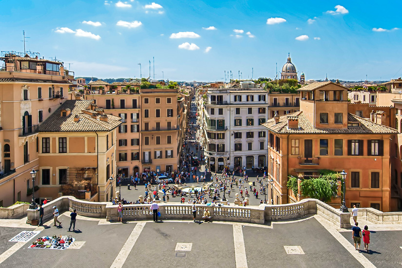 Blick-von-der-Spanischen-Treppe-auf-die-Via-Condotti