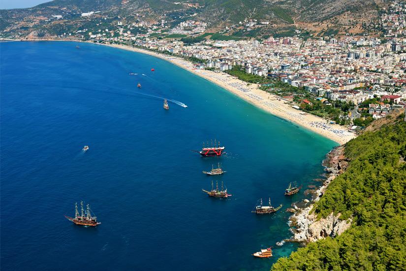 Ausflugsboote-am-Strand-von-Alanya