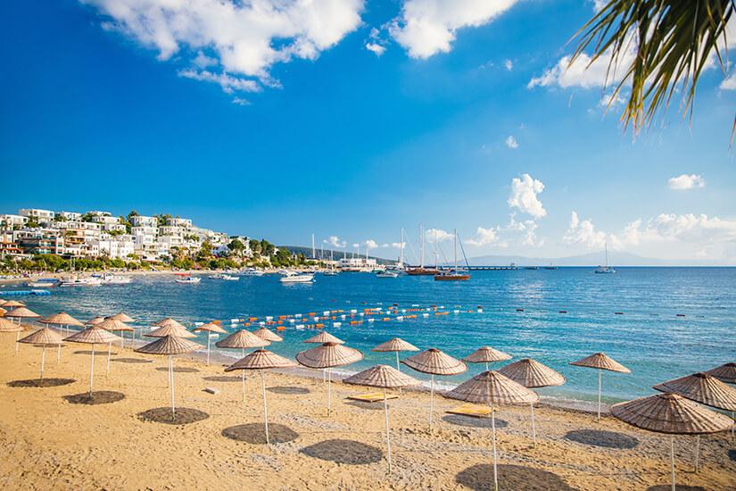 Strand-von-Bodrum-mit-Sonnenschirmen
