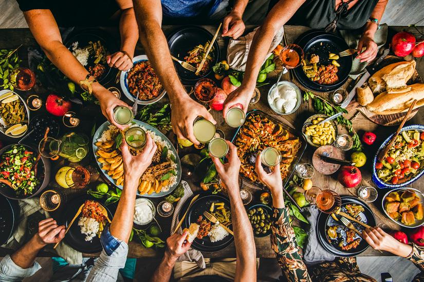 Ein-reich-gedeckter-Tisch-mit-tuerkischem-Essen