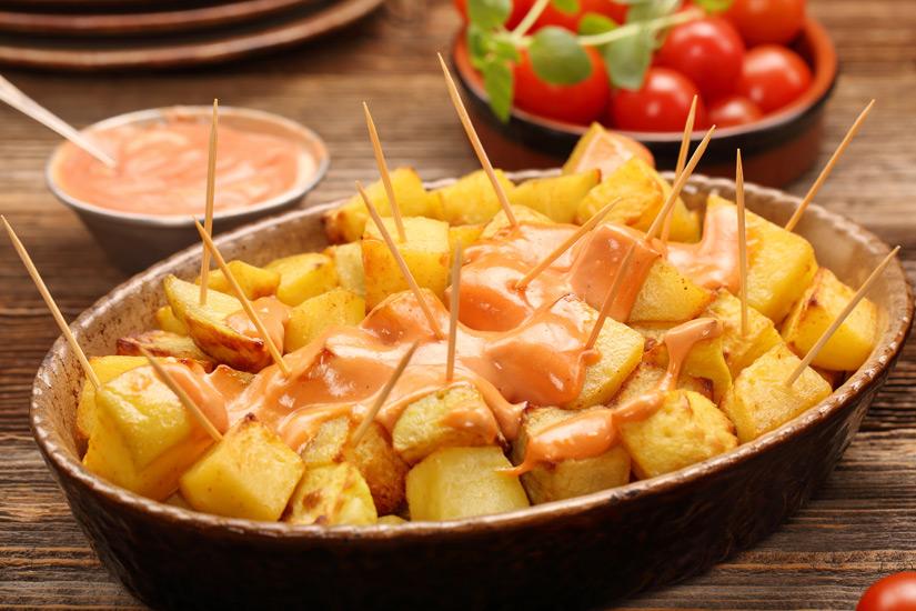 Patatas-bravas-Bratkartofffeln-mit-wuerziger-Sosse